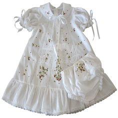Vestido bordado á mão moranguinho com calcinha - 06 á 12 meses Baby Girl Dresses, Girl Outfits, Flower Girl Dresses, Vintage Outfits, Vintage Fashion, Baby Dress Design, Baby Dress Patterns, Heirloom Sewing, Baby Love