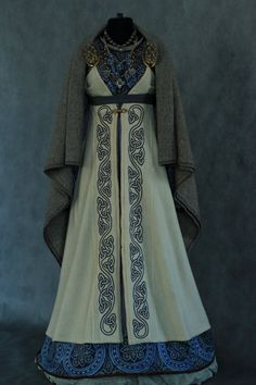More extravagant Viking dress, most likely for those with/portraying a character with extreme wealth Medieval Dress, Viking Dress, Viking Costume, Medieval Costume, Celtic Dress, Viking Wedding Dress, Norse Clothing, Medieval Clothing, Historical Clothing