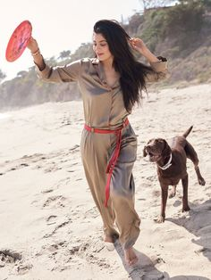 Kylie Jenner hits the beach in a loose-fitting jumpsuit for Allure Magazine August 2016 issue Kylie Jenner Beach, Kendall E Kylie Jenner, Trajes Kylie Jenner, Estilo Kylie Jenner, Kendall Jenner Style, Kendall Jenner Outfits, Kim Kardashian, Kardashian Family, Tyga