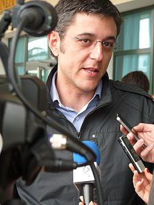 Eduardo Madina, político socialista bilbaino, sufrió la amputación de la pierna izquierda debido a una bomba lapa que la banda terrorista ETA puso en los bajos de su coche.