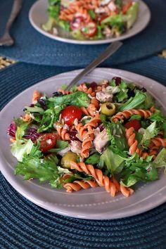 Sałatka z tuńczykiem, pomidorkami, makaronem pomidorowym, oliwkami Pasta Salad, Cobb Salad, Granola, Lunch, Dinner, Ethnic Recipes, Cauldron, Food, Party