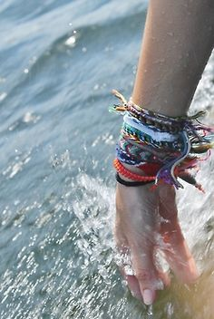 spring and summer jewelry: boho chic styles for festival styled accessories and jewels. Friendship bracelets and arm candy. Summer Of Love, Summer Fun, Summer Days, Free Summer, Style Summer, Summer Beach, Surfergirl Style, Poses Photo, Mode Shoes