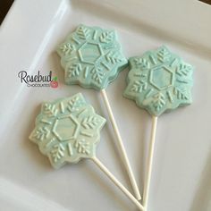 * One dozen white & teal swirled chocolate SNOWFLAKE lollipop favors.* Measures 2 x 2 Individually heat sealed in a cellophane bag and tied with satin ribbon. Lollipop Birthday, Lollipop Party, Candy Party Favors, Frozen Themed Birthday Party, Birthday Party Favors, Elsa Birthday, Chocolate Favors, Chocolate Lollipops, Lollipop Bouquet