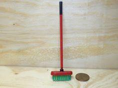 MATERIALES: Cepillo de dientes (la verdad es que me resultó algo difícil encontrar uno con esta forma) Su medida es de 2'7 cm. Palillo ...