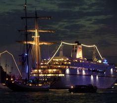 Kreuzfahrtschiff und Segler