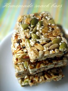 Homemade Seed, Oat & Honey Snack bars just oats, honey and a variety of your favorite seeds! is part of Homemade snack bars - Healthy Bars, Healthy Sweets, Healthy Snacks, Healthy Recipes, Breakfast Healthy, Healthy Bedtime Snacks, Healthy Granola Bars, Snack Recipes, Cooking Recipes