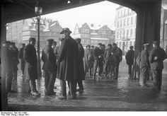 Unemployed, but good-looking | Arbeitslose Hafenarbeiter im Hamburger Hafenviertel (1931)