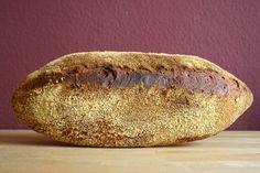 Der Maisgrieß (Polenta) macht die Kruste wunderbar knusprig: Tomatenbrot mit Polentakruste.