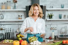 Kingdom of Women: Why Menopause Is The Right Time To Eat More Fresh . Healthy Prawn Recipes, Healthy Food List, Diet Recipes, Plant Based Eating, Plant Based Diet, Menopause Diet, Spaghetti Bolognese, Diet Challenge, Time To Eat
