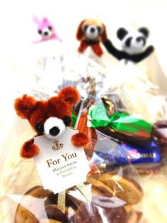 Wrapping ribbon animal by pipe cleaner