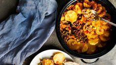 Peruna-jauhelihalaatikko on arkiruokien aatelia. Rapeiksi paahtuneiden perunoiden alta paljastuu herkullinen jauheliha-kasvisseos. Paella, Potatoes, Dinner, Ethnic Recipes, Koti, Dining, Potato, Food Dinners, Dinners
