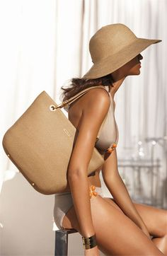 This Eric Javits hat is renowned for its packability! If you haven't tried on yet, this summer is the perfect time!