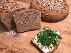 Dinkelbrot mit Karotten  Zutaten (für 2 Brotlaibe):     400gDinkelvollkornmehl   300 g Weizenbrotmehl   300g Roggenmehl   100 gKarotten, fein gerieben   50gSonnenblumenkerne   20 g Salz   20 g frische Germ   650g lauwarmes Wasser       Zubereitung:  Roggenmehl, Dinkelvollkornmehl und Weizenbrotmehl in einer Rührschüssel vermischen, Salz, Germ, Sonnenblumenkerne und die geriebenen Karotten dazugeben Bread, Pizza, Carrots, Sunflower Seeds, Baking Buns, Cooking, Brot, Baking, Breads