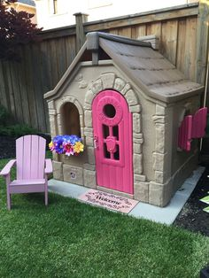 Building your little one a playhouse in the backyard will surely make them happy. However, you'll want it to be safe as well as beautiful. There are a few things you should know before you build a playhouse for kids. Little Tikes Playhouse, Plastic Playhouse, Kids Indoor Playhouse, Outside Playhouse, Playhouse Kits, Backyard Playhouse, Build A Playhouse, Backyard Playground, Playhouse Decor