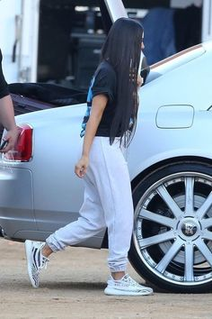 Kim Kardashian wearing Vintage Snoop Dogg T-Shirt, Adidas Yeezy Boost 350 ze. - Kim Kardashian wearing Vintage Snoop Dogg T-Shirt, Adidas Yeezy Boost 350 zebra - Estilo Kylie Jenner, Estilo Kardashian, Kardashian Style, Kim Kardashian Yeezy, Chill Outfits, Mode Outfits, Casual Outfits, Yeezy Outfit, New York Fashion