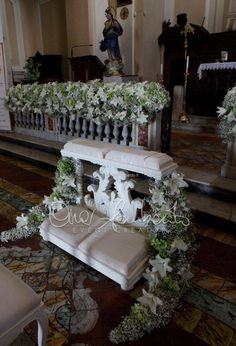 Fabolous wedding in Italy. Allestimenti floreali in chiesa classici e romantici in white and green Pew Decorations, Church Wedding Decorations, Wedding Centerpieces, Flower Centerpieces, Sangria Wedding, Church Wedding Flowers, Wedding Bouquets, Indoor Wedding, Wedding Chairs