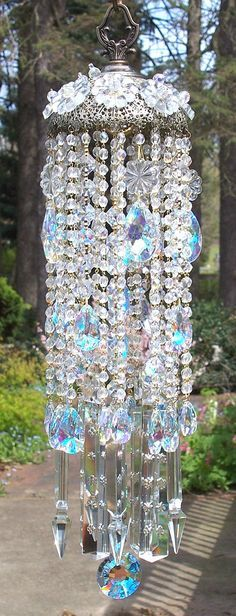 Crystal Wind Chime off to thrift an old chandelier! Crystal Wind Chime off pour voler un vieux lustre! Crystal Wind Chimes, Diy Wind Chimes, Glass Wind Chimes, Chandelier Bougie, Carillons Diy, Sun Catchers, Dream Garden, Yard Art, Diy And Crafts