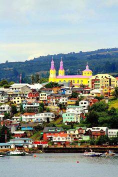 Archipiélago de Chiloé, Región de Los Lagos, Chile - por Bastien Poux. Castro, en el archipiélago de Chiloé, está lleno de colores, especialmente la iglesia. El interior es todo de madera
