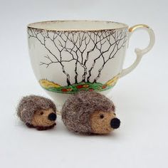 needle felted hedgies!...forget the hedges, I want the mug!