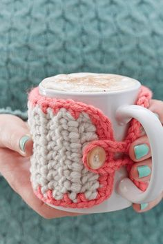 Make this gorgeous Crochet Mug cozy, so you can be comfy with your cup of coffee ! Luckily author has given full pattern free … Pattern and details here: Chunky Crochet Mug Cozy Crochet Diy, Crochet Coffee Cozy, Chunky Crochet, Crochet Home, Crochet Gifts, Learn To Crochet, Coffee Cozy Pattern, Crochet Ideas To Sell, Crochet Coaster