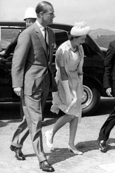 Queen Elizabeth wears a summery dress and light pumps while traveling in Australia with her husband, Prince Phillip, in Young Queen Elizabeth, Elizabeth Philip, Princess Elizabeth, Princess Margaret, Hm The Queen, Royal Queen, Her Majesty The Queen, Young Prince Philip, Queen And Prince Phillip