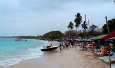 Playa Blanca é  a famosa e estreita faixa de areia próxima a Cartagena. Chegando lá, o sol refletido na água azul vibrante do mar e a areia branquinha nos tiraram o fôlego. Veja mais em nosso blog!