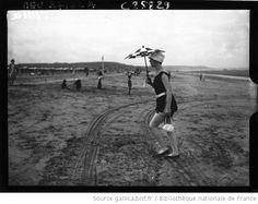Deauville : baigneuse à l'ombrelle : [photographie de presse] / Agence Meurisse - 1926