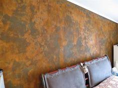 Camera da letto con parete effetto ruggine - Idee originali e innovative per decorare la camera da letto con le pareti effetto ruggine.