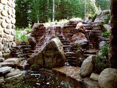 Parfois, nos clients nous demandent d'aller plus loin. C'est ce qui a été fait pour cette cascade d'eau en multiples couches. Le travail sur les roches a permis de créer une cascade unique dans son aspect. Un projet d'aménagement paysager par Maxhorti. #Landscaping #Zen #spa #Laurentides