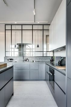 Grey kitchen ideas brings an excellent breakthrough idea in designing our kitchen. Grey kitchen color will make our kitchen look expensive and luxury. Modern Grey Kitchen, Gray And White Kitchen, Grey Kitchens, New Kitchen, Cool Kitchens, Kitchen Decor, Kitchen Ideas, Awesome Kitchen, Kitchen Small