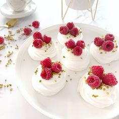 Mini Pavlova, Meringue Pavlova, Dessert Bars, Dessert Recipes, Candy Bar Wedding, Sweet Bakery, Sweet Tooth, Deserts, Food And Drink