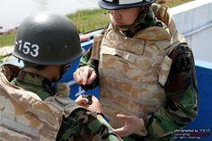 수류탄 투척에 앞서 안전교육 중인 훈련병