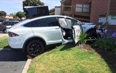 Dueño de un Tesla Modelo X dice que aceleró por sí solo y chocó contra edificio