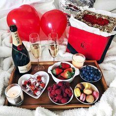 Super Ideas for breakfast in bed ideas for boyfriend valentine gifts Romantic Surprise, Romantic Night, Romantic Dinners, Romantic Gifts, Romantic Ideas, Romantic Dinner Setting, Romantic Bath, Romantic Food, Romantic Bedroom Decor