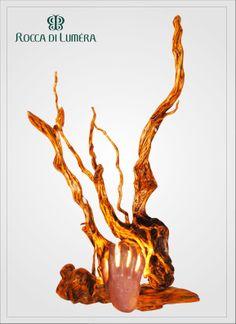 Medusa - Lampada artistica artigianale - PEZZO UNICO Stelo in radice di mangrovia levigato e trattato con gommalacca più volte fino a renderlo liscio, lucido e dorato. Rifinito con cera d'api naturale. Il paralume rappresenta una mano che protegge l'osservatore dai raggi pietrificanti di Medusa, pensato e realizzato in terracotta appositamente per quest'opera.