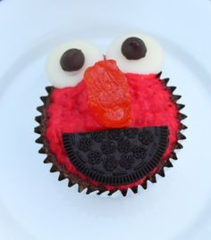 Elmo cupcakes @JaredandLexie Newberry - brynlee would have a fit!  Nana will make these for her 3rd birthday party!  :)