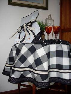 Toalha para mesa redonda, confeccionada em tecido xadrez em preto e cru, de algodão, com barrado em tecido de bolinha e acabamento em viés de algodão. Os guardanapos e os porta-guardanapos são vendidos separadamente. Diâmetro 1.60m R$ 140,00