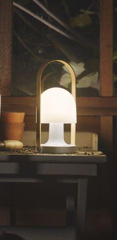 Lampe, baladeuse Follow me, lampe sans fil design pour l'intérieur et l'extérieur #lampe #baladeuse #followme #sansfil #wireless #lampedejardin #outdoor #indoor #deco #cadeausympa #blanc #marset
