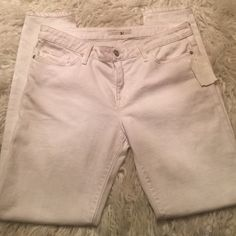 """Joie White skinny jeans fir spring These are Preloved with only one wash, there is normal visual signs of gentle wear, NO HOLES TEARS STAINS. No one will know they are preowned but you  excellent for spring """"white skinny"""" mid rise Inseam: 29"""" long ⭐️don't miss out Don't pay retail $⭐️ I am a suggested seller ONLY PAIR IN WHITE SIZE 31 Joie Jeans Skinny"""