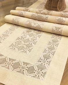 Crochet Tablecloth Pattern, Crochet Bedspread, Crochet Doilies, Crochet Flowers, Crochet Stitches Free, Filet Crochet, Knit Crochet, Hessian Table Runner, Crochet Table Runner