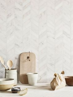 tiles Backsplash Classic marble gets an updated look with these gorgeous chevron Claybrook East Haven marble mosaics that are great on walls or floors. Tuile Chevron, Chevron Tile, Herringbone Tile, Chevron Walls, Chevron Floor, Kitchen Splashback Tiles, Kitchen Flooring, Marble Tile Backsplash, Backsplash Ideas