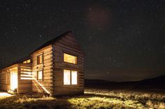 We all sometimes wish we could just get away from all the annoyances of modern life and society. The constant noise, lights, and crowds can be quite taxing at times. So does a nice little place, comfortable far away from the dredges of all this sound good right now? Absolutely, and this cozy little cabin …
