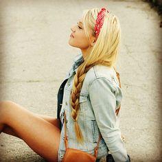 Blonde loose side braid, bandana headband and a denim top. Pretty Hairstyles, Straight Hairstyles, Bandana Hairstyles For Long Hair, Locks Hairstyle, Braid Hairstyles, Facon, Hair Day, Gorgeous Hair, Hair Looks
