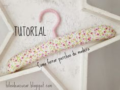Hilos de azúcar: Tutorial: Como forrar perchas de madera Baby Hangers, Padded Hangers, Diy And Crafts, Paper Crafts, Sewing Box, Retail Design, Couture, Sewing Tutorials, Barbie Dolls