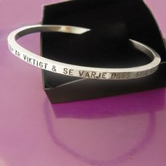 Stelt silverarmband med handstansad text. www.alskadebarn.se Personalized Jewelry, Cuff Bracelets, Projects, Inspiration, Personalised Jewellery, Log Projects, Biblical Inspiration, Custom Jewelry, Bangles
