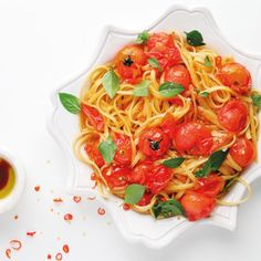 Chilli linguine with blistered tomatoes Light Pasta Recipes, Real Food Recipes, Vegetarian Recipes, Red Pepper Pasta, Creamy Mac And Cheese, Greek Salad Pasta, Twisted Recipes, Goulash Recipes, Linguine