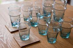 モロッコ、リサイクルガラスを使ったミントティーグラス。どこか懐かしいラムネ色が涼しげです^^