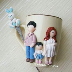 Это был, пожалуй,  самый милый из всех моих заказов😊 Уютная семейная кружечка созданная для @shelestyukirina #svadebnie_shtuchki #семёновататьяна #полимернаяглина #пластика #кружкасдевочкой #декоркружки #кружкасдекором #кружкиназаказ #кружканазаказ #кружка #ручнаяработа #хэндмэйд#polymerclay #handmade #семья #беременность Polymer Clay Ornaments, Fimo Clay, Polymer Clay Disney, Polymer Clay Flowers, Polymer Clay Pendant, Polymer Clay Crafts, Polymer Clay Jewelry, Cold Porcelain, Porcelain Clay