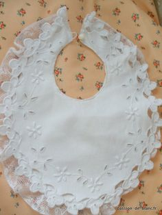 Articles vendus > Linge ancien de bébé > LINGE ANCIEN/ Merveilleux bavoir avec broderie blanche faite main sur toile de piquée de coton - Pa...