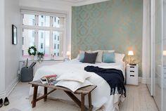 Leuk idee bankje voor het bed  http://eenigwonen.nl/een-bankje-achter-het-bed/#more-2096